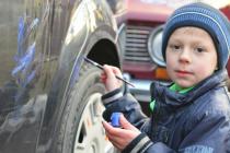 Дети-сироты разрисовывали красками тернопольские автомобили