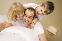 Счастливые дети у внимательных родителей