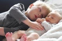 Чому старші діти не повинні бути няньками молодшим братам і сестрам