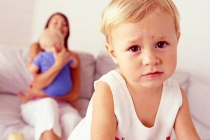 Прийомна дитина стала вести себе агресивно і зухвало, коли дізналася про мою вагітність: Що робити?